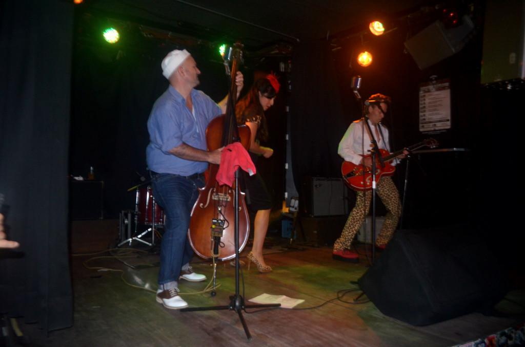 Entre um strip-tease e outro, a banda animava o público com old-but-gold songs