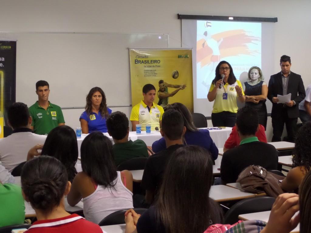 Atletas do Vôlei de Praia compartilham experiências com alunos em Maceió