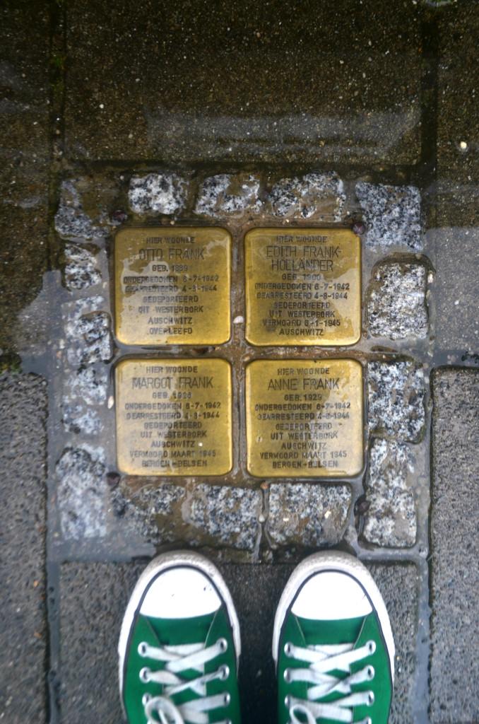 Placas com informações da família Frank em frente ao prédio em que eles moravam.