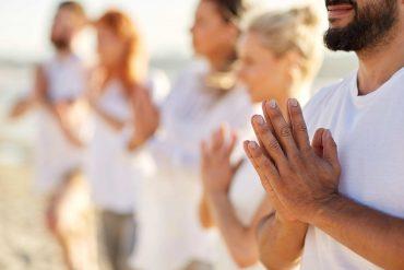 Meditação pela paz na orla da Ponta Verde